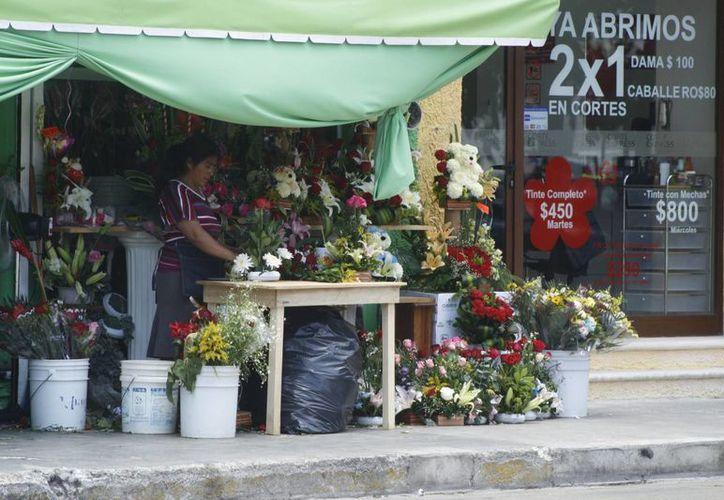 Los ramos de rosas fueron de los más vendidos, según los encargados de los puestos de flores. (Octavio Martínez/SIPSE)