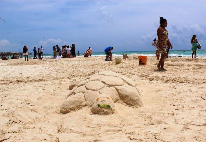 Realizan esculturas de arena en las playas de la Riviera Maya.(Octavio Martinez/SIPSE)