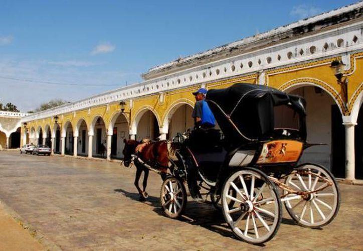Kinich es el primer restaurante en el interior del Estado que recibe este galardón y esto coloca a Izamal, primer Pueblo Mágico de Yucatán en el ojo del turismo nacional e internacional. Imagen de un coche calesa del centro de la ciudad. (José Acosta/SIPSE)