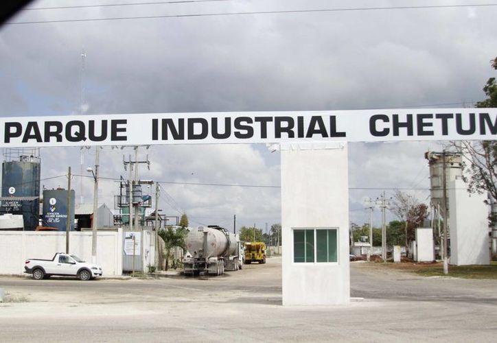 Las empresas industriales se ven afectadas por el incremento en sus créditos por el precio del dólar. (Harold Alcocer/SIPSE)