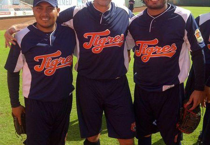 """Francisco """"Shito"""" Rodríguez, Ismael """"Rocket"""" Valdez, y José Manuel Hernández, en el campo de práctica bengalí. (Redacción/SIPSE)"""