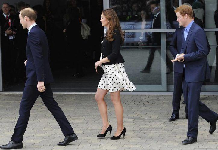 Los duques de Cambridge, Guillermo (i) y Catalina (c), y el príncipe Harry (d) al acudir a la inauguración del estudio de Warner Bros en Inglaterra. (EFE)