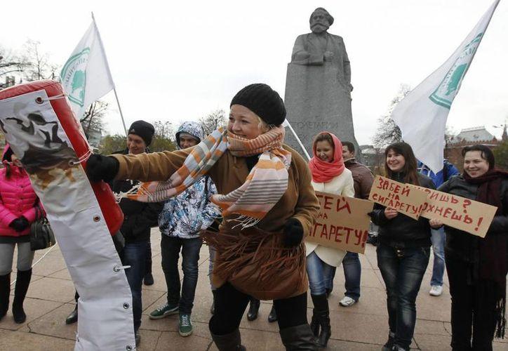 """Activistas del movimiento juvenil progubernamental """"Los Locales"""" se manifiestan en apoyo del borrador de un proyecto de ley antitabaco delante del Parlamento ruso en Moscú, Rusia. (Archivo/EFE)"""