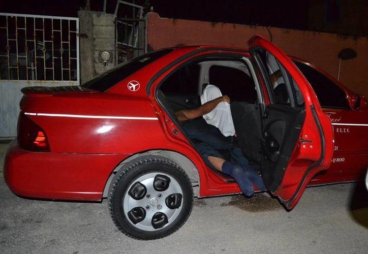 Un taxista que dormía dentro de su vehículo antes de emprender el viaje hacia Cancún, alertó a los habitantes de la colonia Gonzalo Guerrero quienes pensaron que podía estar muerto.  (Redacción/SIPSE)