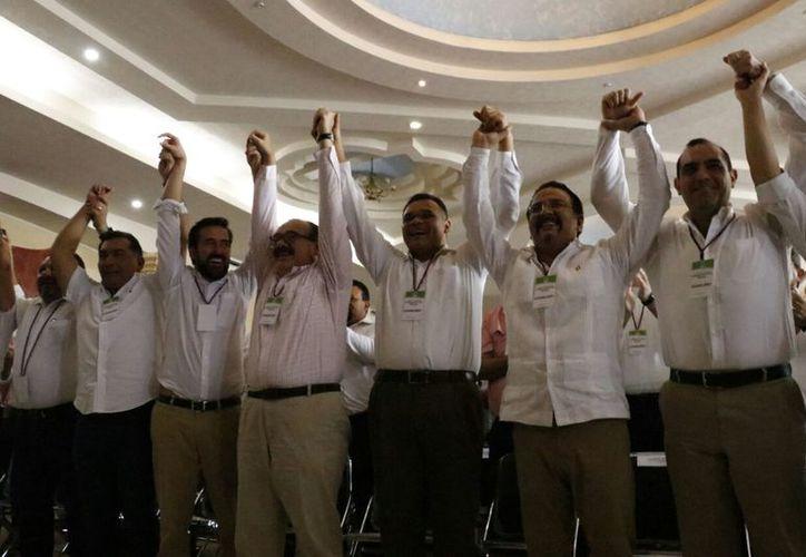 El Gobernador, acompañado de funcionarios  federales, celebra los acuerdos tomados en el interior del tricolor. (José Acosta/Milenio Novedades)