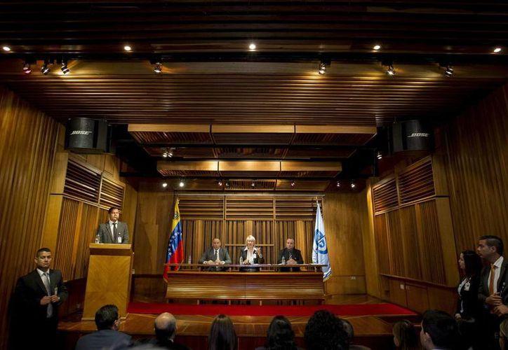 La fiscal General de Venezuela, Luisa Ortega Díaz (c), informó por medio de su gabinete de las penas que recibieron los asesinos de la ex Miss Venezuela Mónica Spear y su esposo. (Archivo/EFE)