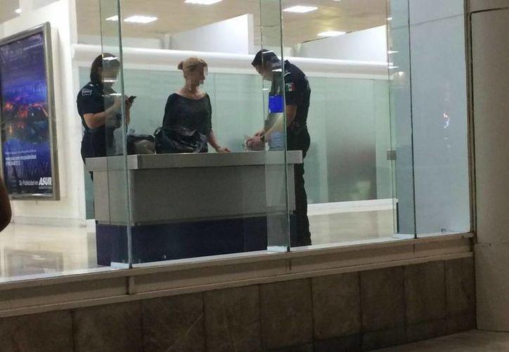 Una pasajera fue abordada por una mujer y un hombre para la revisión. (Eric Galindo/SIPSE)
