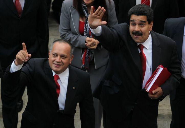 Diosdado Cabello, presidente del Parlamento, y el vicepresidente Nicolás Maduro, antes de dar a conocer el decreto. (Agencias)