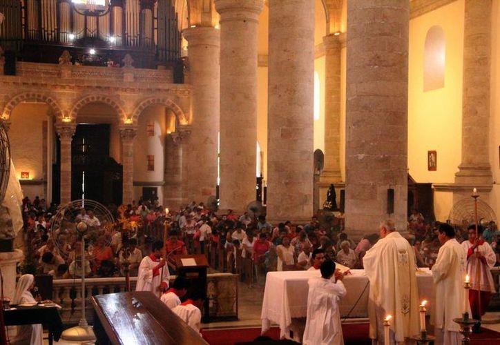 Monseñor destacó el amor y cuidado que las madres proporcionan a sus hijos durante la misa en Catedral. (Milenio Novedades)