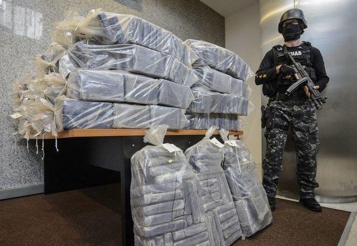 Fiscales del crimen organizado en Rumania hallaron más de 2,3 toneladas de cocaína escondidas en cajas de plátanos en barcos. (AP)