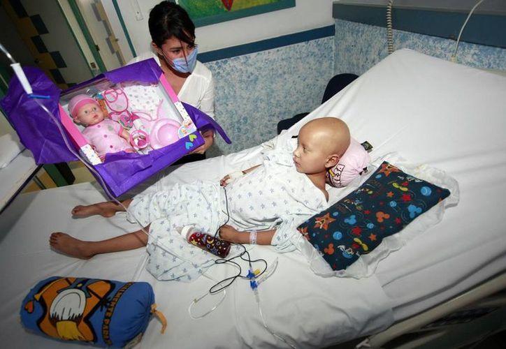 El estudio detalla que Latinoamérica invierte el 0.12% del Ingreso Nacional Bruto per cápita en atención del cáncer; EU, el 1.02 % de su presupuesto sanitario, Japón el 0.60%  y Reino Unido el 0.51 por ciento. (Archivo Notimex)