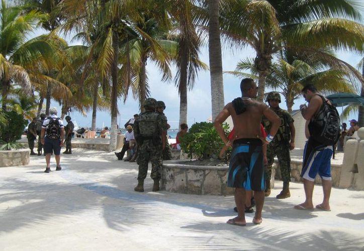 Elementos de la Armada realizan recorridos por la isla. (Lanrry Parra/SIPSE)