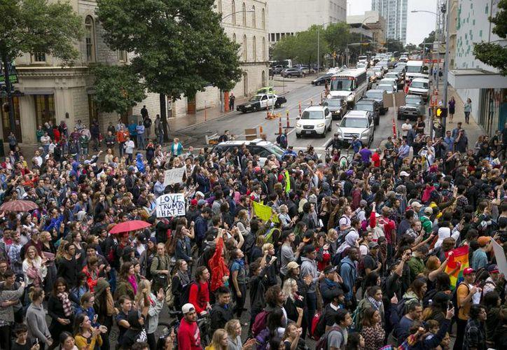 En varias ciudades estadounidenses se han registrado manifestaciones en contra de la elección de Donald Trump como Presidente. (AP/Jay Janner)