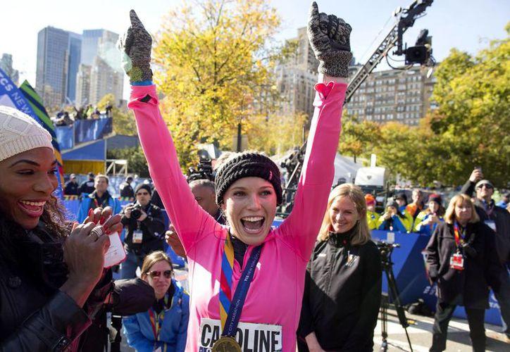 Caroline Wozniacki celebra al llegar a la meta del maratón de Nueva York. La recibe su mejor amiga y rival en las canchas de tenis, Serena Williams. (AP)