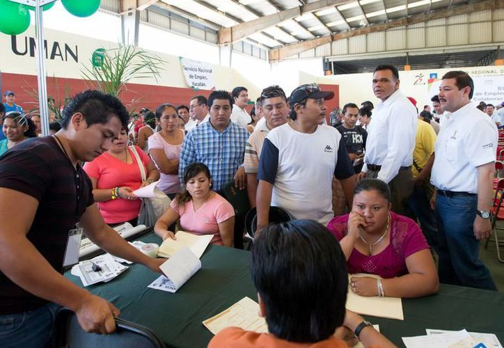 El Gobernador Rolando Zapata recorrió los estands instalados en la Jornada de Empleo en Umán. (Milenio Novedades)
