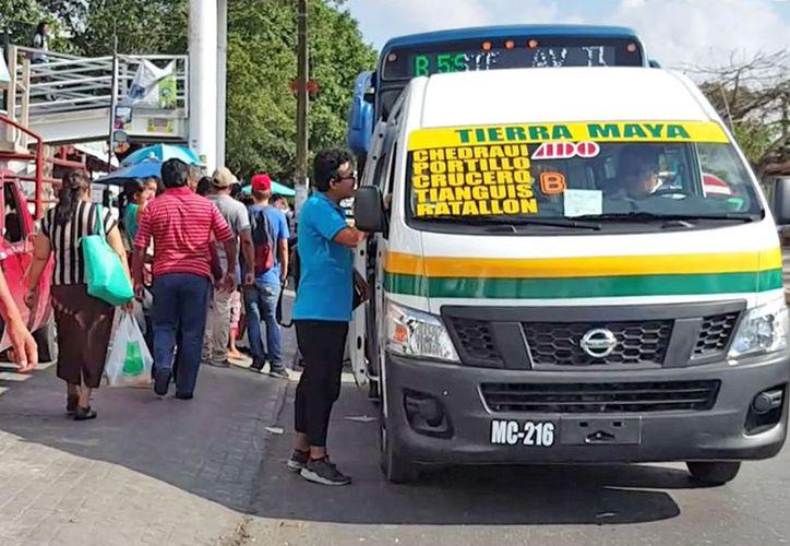 Los checadores reciben dinero de los conductores del transporte público. (Jesús Tijerina/SIPSE)