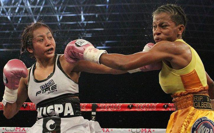 La mexicana Anabel Ortiz (i) retuvo el campeonato de la Asociación Mundial de Box por octava ocasión, desde que lo obtuvo en el 2013.(Notimex)