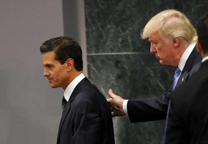 El candidato presidencial republicano Donald Trump camina con el presidente de México, Enrique Peña Nieto, al final de su declaración conjunta en Los Pinos. (AP/Darío López-Mills)