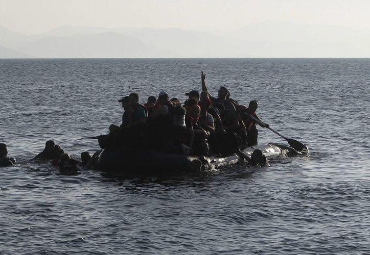 Cientos de migrantes fueron rescatados a la altura del Mar Egeo, frente a costas de Grecia, pero también fue hallado un menor muerto, que al parecer no viajaba con ninguno de los rescatados. En la foto, un grupo de migrantes procedentes de Siria se dispone a desembarcar en la isla griega de Kos. (EFE/Archivo)