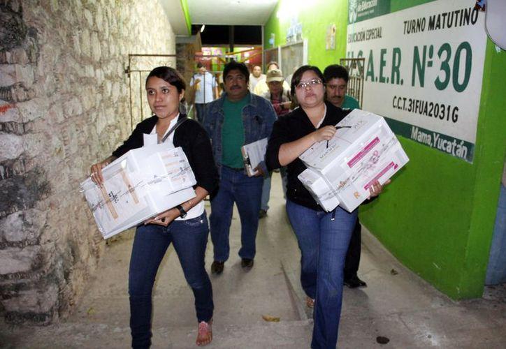Llegada de paquetes electorales al Consejo Municipal de Mama. (Juan Albornoz/SIPSE)