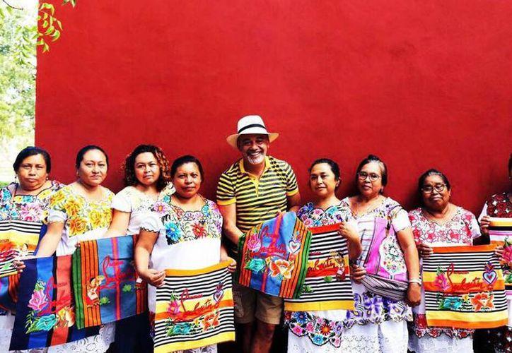 El diseñador Christian Louboutin fue acusado de pagar una suma irrisoria a las artesanas mayas que hicieron los bordados para su marca  Mexicaba.  (@louboutinworld/Instagram)