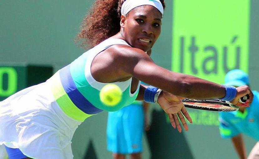 Serena Williams empató el récord de victorias para una mujer en el torneo al superar a la china Li Na. (AP)