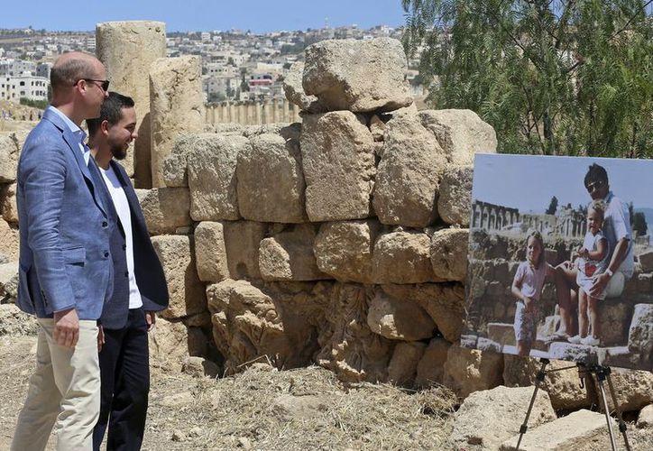 Príncipe William visita un lugar emblemático de la infancia de su esposa Kate en Jordania. (Foto: AP)
