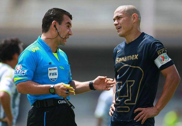 Darío Verón (der.) es uno de los baluartes en la defensa del equipo universitario, a pesar de su veteranía. La imagen es de contexto. (jammedia.com.mx)