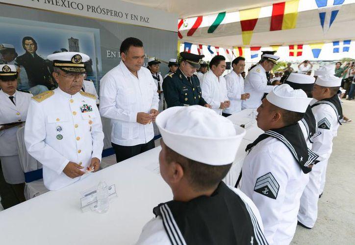 El gobernador Rolando Zapata celebró el aniversario de la Armada junto con el comandante de la IX Zona Naval, Felipe Solano, en el puerto de abrigo de Yucalpetén. (Foto cortesía del Gobierno de Yucatán)