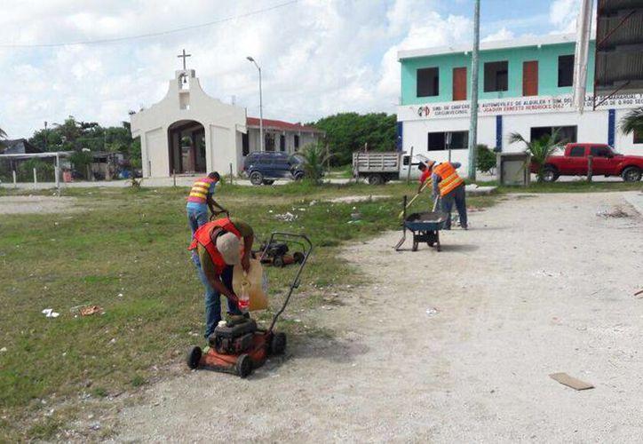 Personal de servicios públicos, trabaja en la recuperación de Mahahual. (Foto: Redacción)