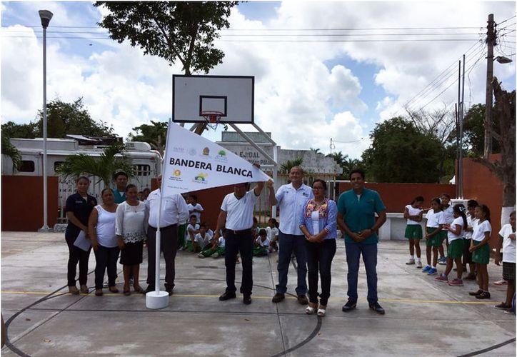 En las escuelas de las localidades de Sac Xán y Revolución se realizó el izamiento de bandera blanca. (Joel Zamora/SIPSE)