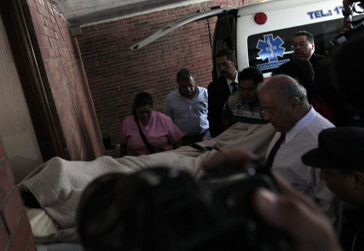 El exdictador guatemalteco José Efraín Ríos Montt (1982-1983), cubierto con una manta, es internado en un hospital privado para una evaluación psiquiátrica, de cuyo resultado depende si será o no sometido a un nuevo juicio por genocidio. (EFE)