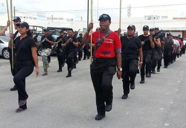 Policías municipales de Progreso en una práctica para el desfile del 16 de Septiembre. (Óscar Pérez/SIPSE)