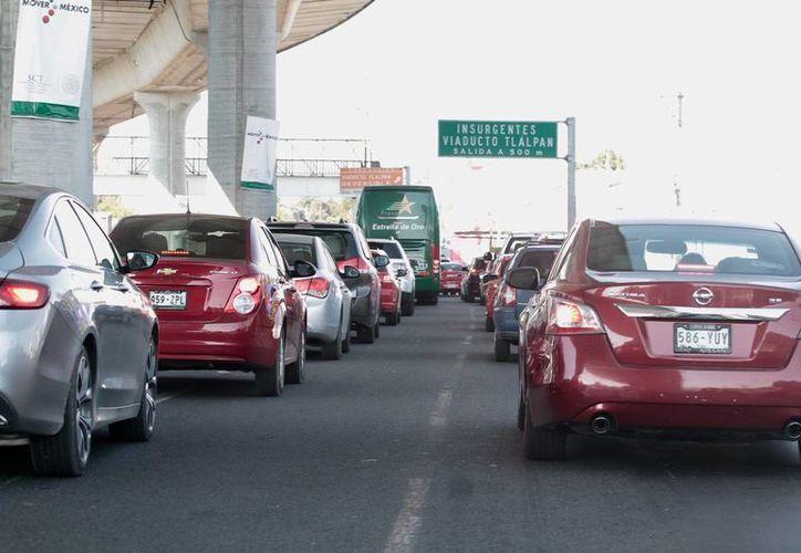 Los habitantes de la periferia de la Ciudad de México recurren al auto si pueden costearlo o tienen que pagar precios altos en transportes en proporción a sus ingresos. (Archivo/Notimex)