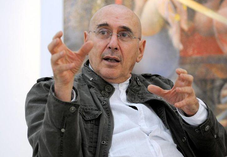 La maestro Arnaldo Coen presentó la muestra pictórica en el el vestíbulo del Teatro José Peón Contreras. (Milenio Novedades)