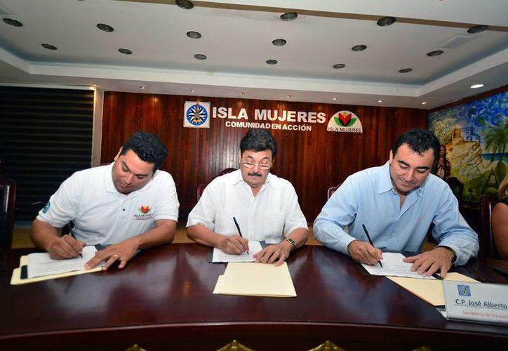 El presidente municipal, Agapito Magaña Sánchez, recibió, la visita del titular de la SEyC en el Estado, José Alberto Alonzo Ovando. (Redacción/SIPSE)