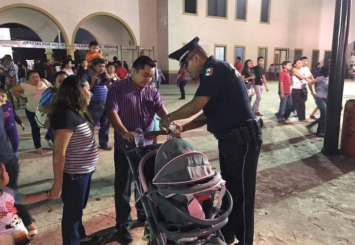 La Policía entregó pulseras de conductor designado en la Feria Yucatán y a los niños que se comprometieron a cuidar el comportamiento de sus padres les dieron estrellas. (Fotos cortesía)