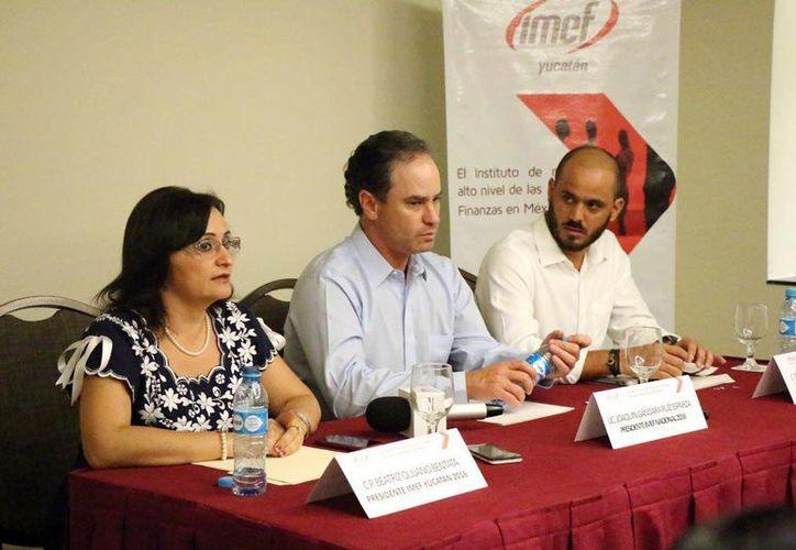 Dirigentes del IMEF sugieren a los empresarios yucatecos que adquieran materia prima nacional para sus productos. (José Acosta)