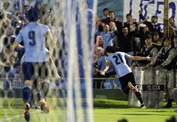 Uruguay pidió a la FIFA tomarlo en cuenta para la organización del Mundial 2030. En foto, la selección uruguaya jugando en Montevideo.(AP)