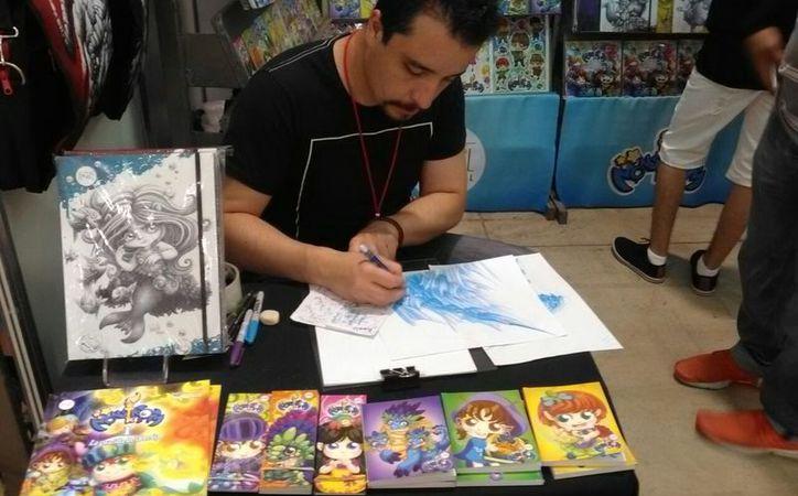 Víctor Vega Cataño, un ilustrador freelance que se abre paso con su editorial Moovil, se presenta por primera vez en la Filey. (Fotos: Daniel Uicab/Milenio Novedades)