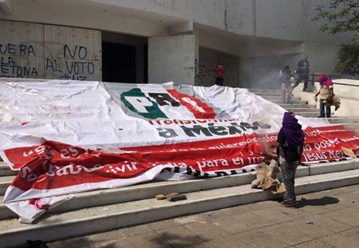 Los maestros de Guerrero sacaron papelería y muebles para quemarlos de la sede del PRI en Chilpancingo. (Rogelio Agustín Esteban)