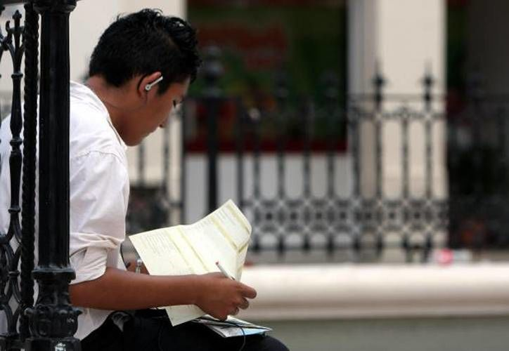 Unos 225 mil jóvenes de Yucatán tienen alguna actividad económica, según el Diagnóstico de la Juventud, presentado ayer por el Gobierno del Estado, en el marco de la Instalación del Sistema Estatal de la Juventud. En la imagen, un joven llena una solicitud de trabajo, en Mérida. (Archivo/Milenio Novedades)