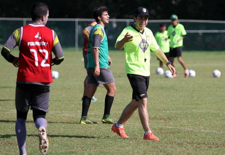 El entrenador de porteros, Giancarlo Salazar, aseguró que el nuevo cuerpo técnico de Venados FC buscará imponer un estilo de juego atractivo para la afición.(César González/SIPSE)