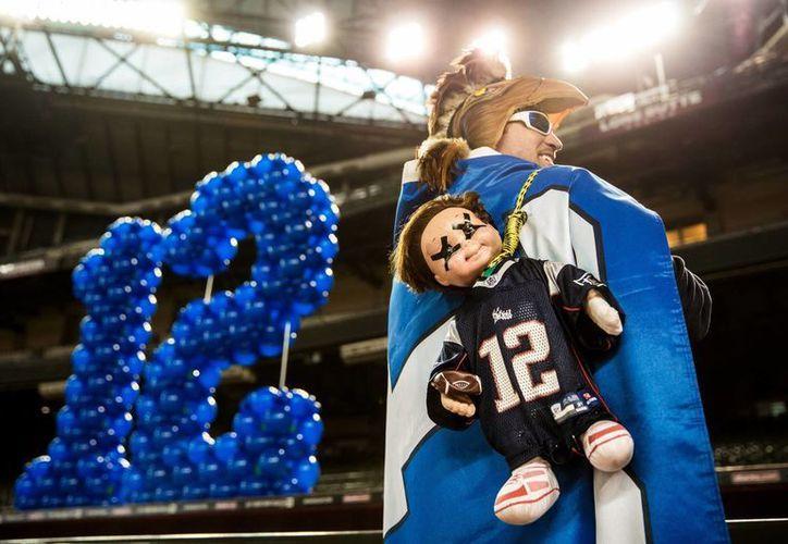 Muchos aficionados tendrán que conformarse con ver el duelo entre Patriots y Seahawks en pantallas gigantes. (AP)