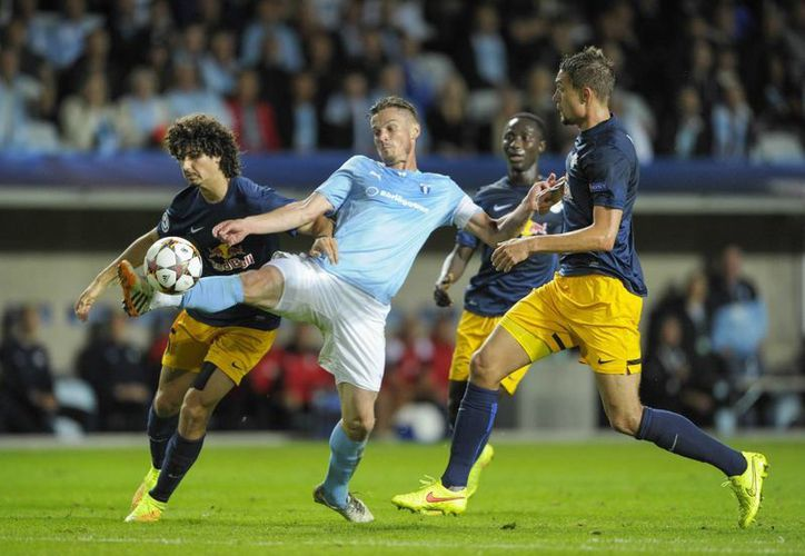 Markus Rosenberg (c), del Malmo de Suecia, pelea por el balón contra Andre Ramalho (i) y Stefan Ilsanker, del Salzburgo,  en el partido de vuelta de la fase preliminar de la UEFA Champions League. (Foto: AP)