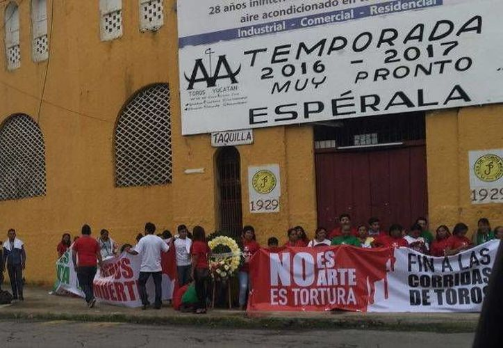 Varias personas protestaron este lunes a las afueras de la Plaza de Toros Mérida para impedir el abuso físico y psicológico contra los animales, en Yucatán. (Milenio Novedades)