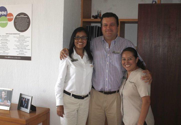 Ejecutivos consienten a los colaboradores del hotel. (Israel Leal/SIPSE)