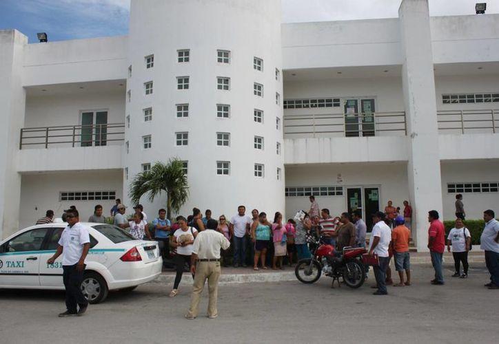 Alrededor de 50 habitantes de In House se manifestaron ayer afuera del Ministerio Público de Playa del Carmen, en apoyo a Juan Cano. (Daniel Pacheco/SIPSE)