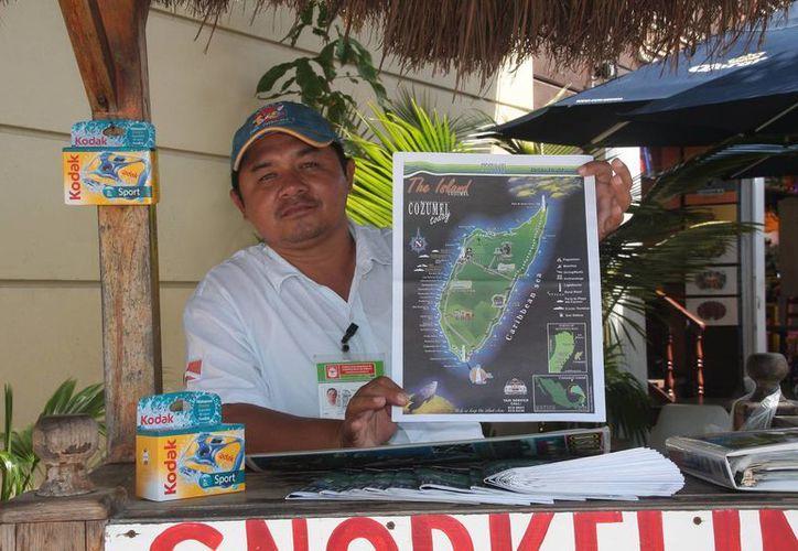 Prestadores de servicios turísticos y comisionistas tienen mapas y folletos. (Julián Miranda/SIPSE)