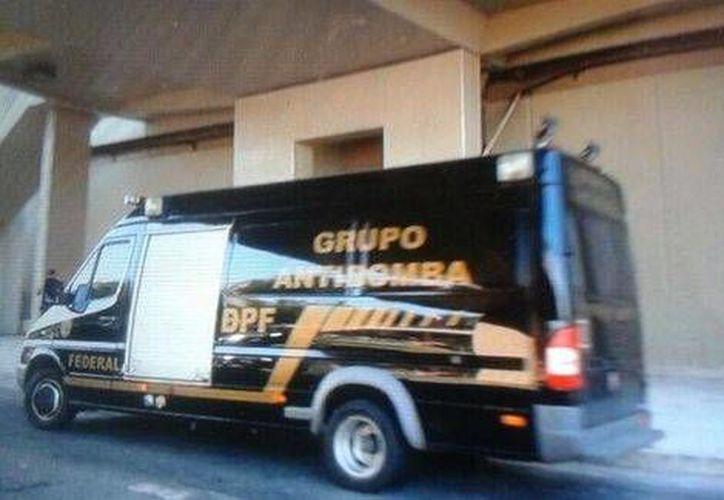 Camioneta de un escuadrón antibombas cerca de la estación de Metro cercana al estadio Maracaná. (Foto tomada de Milenio)